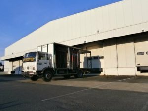 Trucks Renault Midliner Curtain side body M210 HAYON Occasion