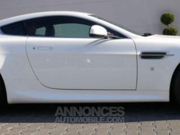 Aston Martin V8 Vantage SPORTSHIFT Morning Frost white Direction - 8