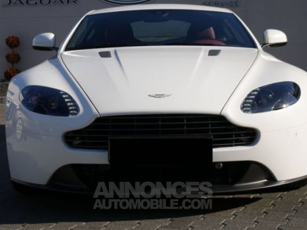 Aston Martin V8 Vantage SPORTSHIFT Morning Frost white Direction - 9