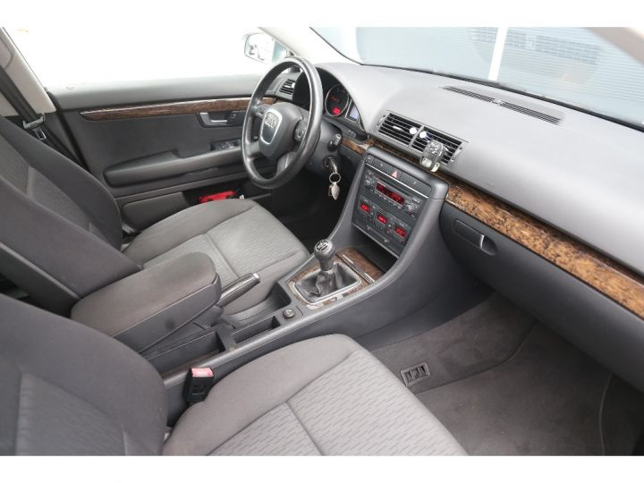 Audi A4 2.0 TDI Attraction GRIS - 9