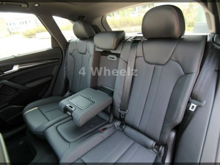 Audi SQ5 noire - 12
