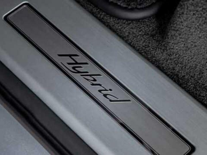 Bentley Bentayga HYBRID silber Moobeam - 12