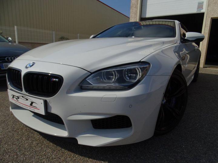 BMW M6 Coupe DKG7 560PS Véhicule Français FULL Options Echappements AKRAPOVIC blanc nacré - 1