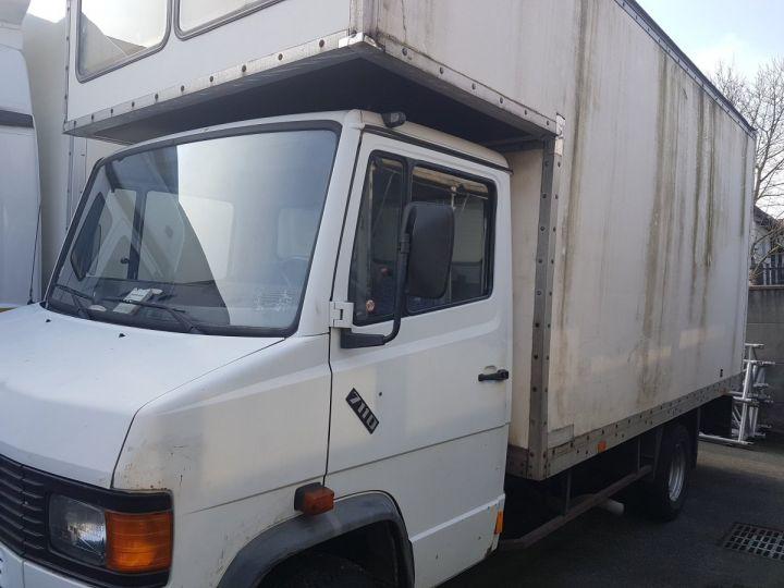 Camion porteur Mercedes 711D blanc - 1