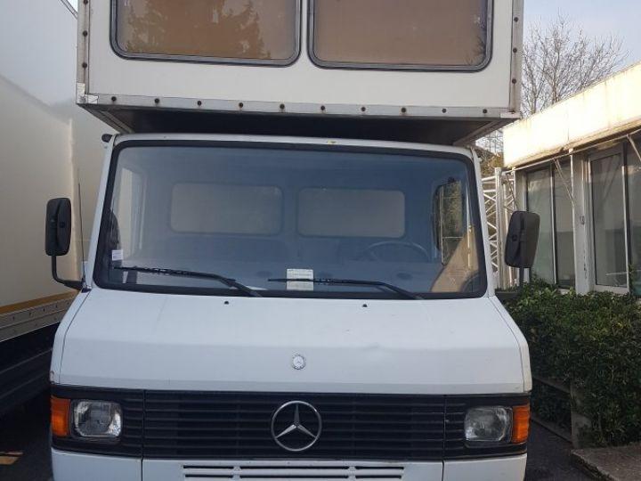 Camion porteur Mercedes 711D blanc - 2