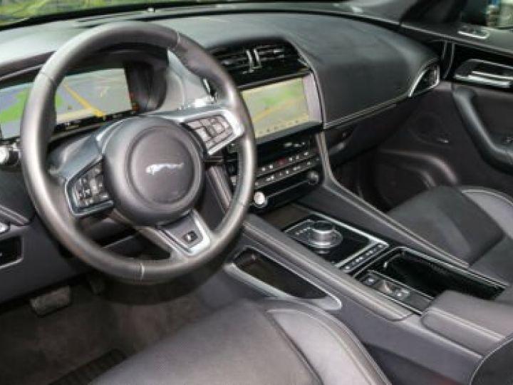 Jaguar E-Pace 2.0 P - 300 ch AWD BVA HSE / GPS / TOIT PANO / BLUETOOTH / PHARE LED / GARANTIE 12 MOIS / JAGUAR APPROUVED Noir métallisée  - 3