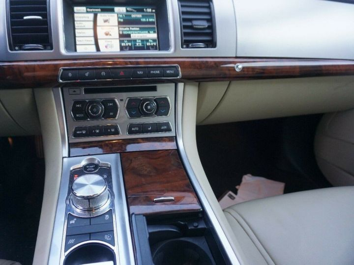 Jaguar XF 3.0 V6 240 Diesel Luxe 10/2013 noir métal - 12
