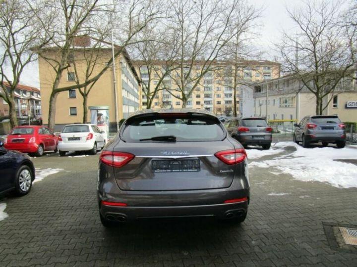 Maserati Levante 1 main * 4x4 gris - 11