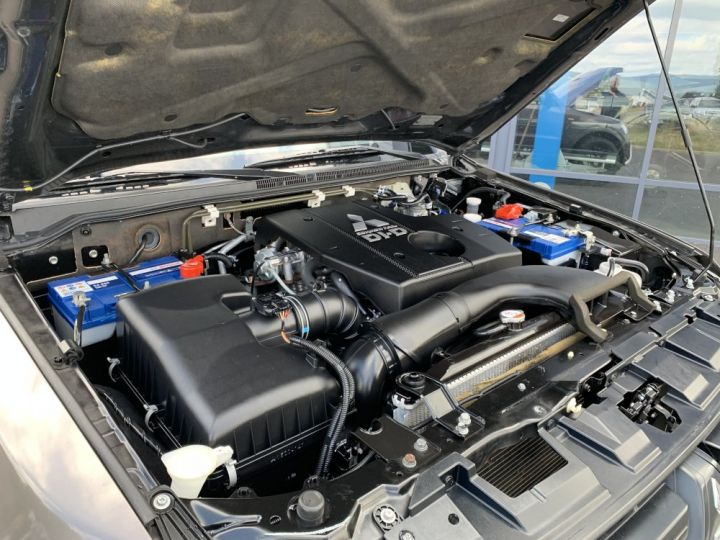 Mitsubishi PAJERO 3.2 DID 200 CV 3 portes Inform Marron - 9