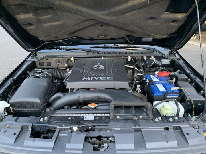 Mitsubishi PAJERO 3.8 L V6 Essence GDI 248 CV Instyle Noir - 13