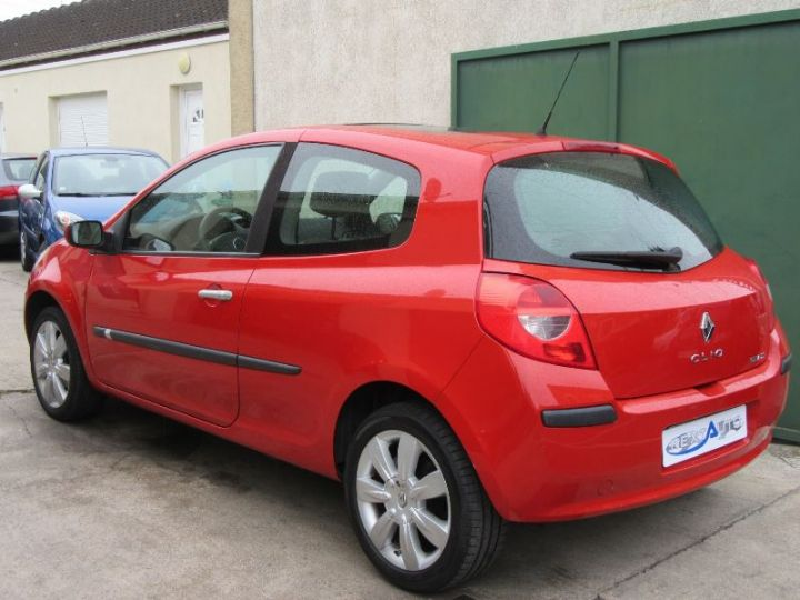 Renault CLIO 1.6 16V 110CH CONFORT DYNAMIQUE BVA 3P ROUGE Occasion - 3