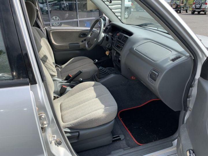 Suzuki GRAND VITARA 2.0 L Essence 132 CV 5 portes Gris clair - 10