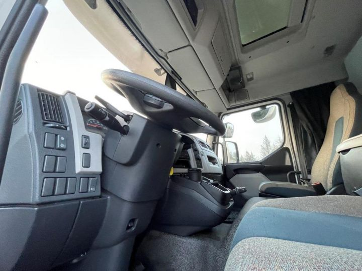 Trucks Volvo FL 280 FOURGON HAYON ELEVATEUR BLANC - 10